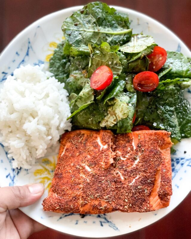 Tonight's dinner was quick and easy - @vitalchoice sockeye salmon with blackened seasoning, calrose white rice, baby kale with grape tomatoes, lemon olive oil, pomegranate balsamic, cracked pepper and Maldon sea salt 👌🏽  #salmon #salmondinner #weeknightmeal #30minutemeals